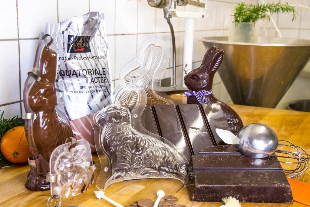 Wir stellen unsere Schokoladenosterhasen aus feiner Valrhona Schokolade her
